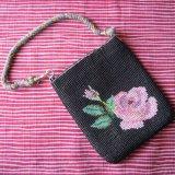 ビーズ編み:ひも付き小物入れ【バラ】